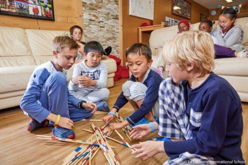 共同生活をする寄宿学校の小学生