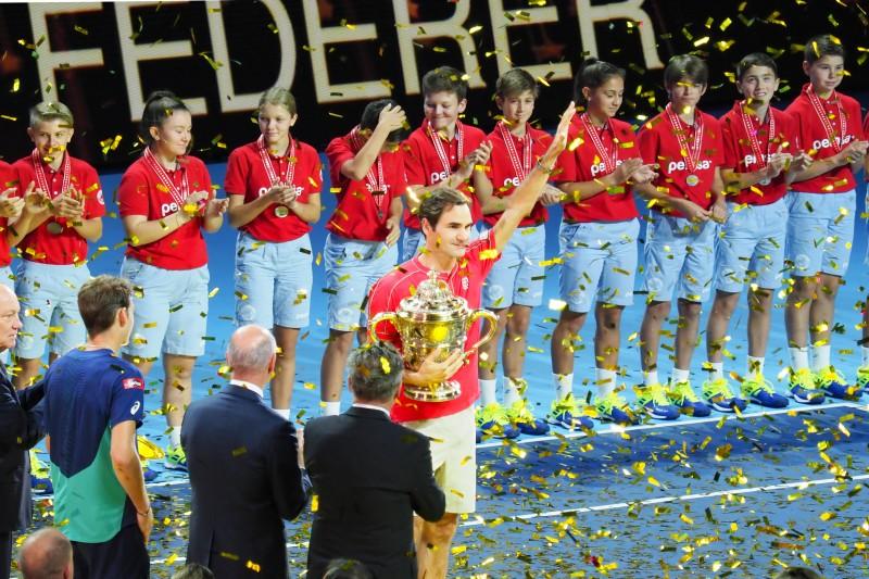 スイス・インドアで10度目V! 黄金に輝く優勝杯を抱えながら、同じ色の紙吹雪に包まれたロジャー・フェデラー選手