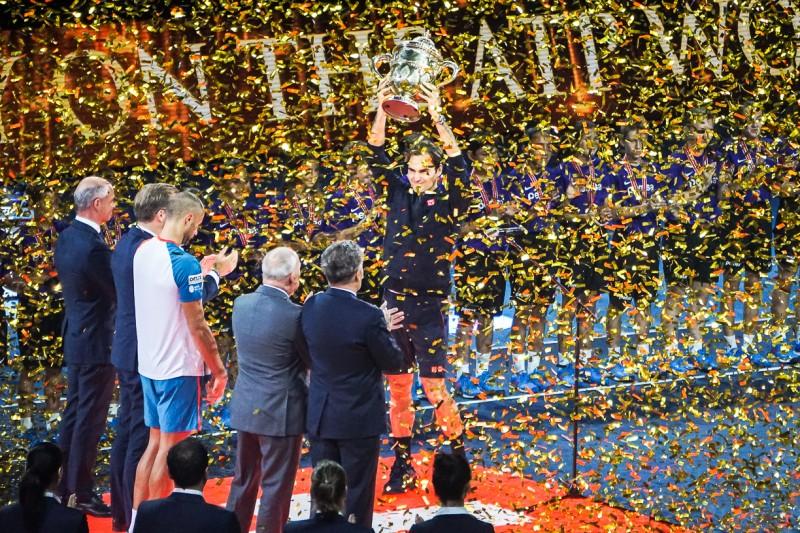 スイス・インドア2018で優勝杯を掲げるロジャー・フェデラー スイス情報.com
