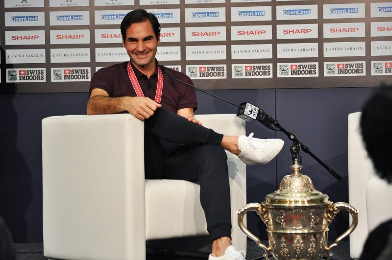 スイス・インドア2018 テニス フェデラー選手試合後優勝カップと記者会見 スイス情報.com