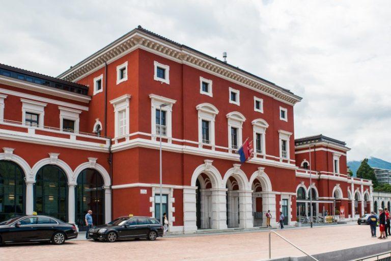 イタリア語圏ティチーノ州ルガーノの鉄道駅