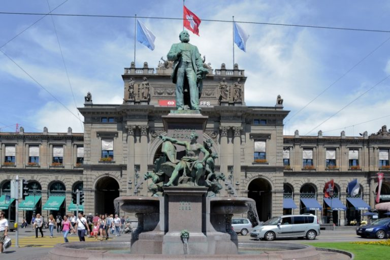 チューリッヒ中央駅前