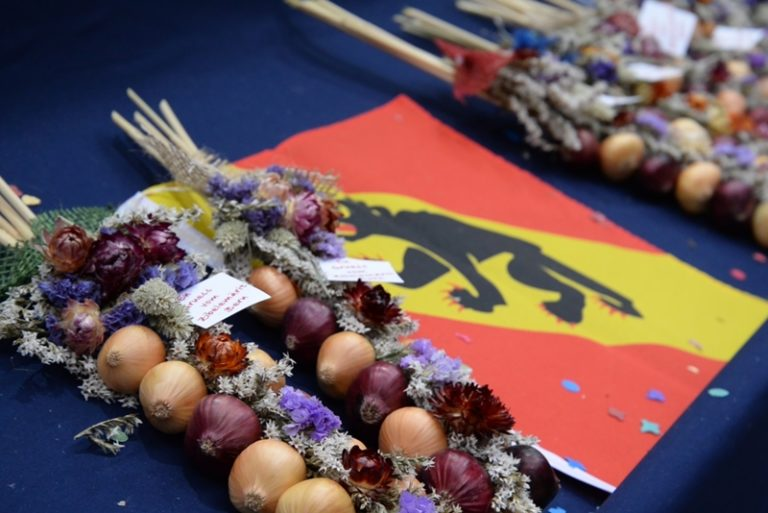ベルンの一大イベント、「玉ねぎ市」 ( Zibelemärit, Bern ) 編飾りとベルンの旗
