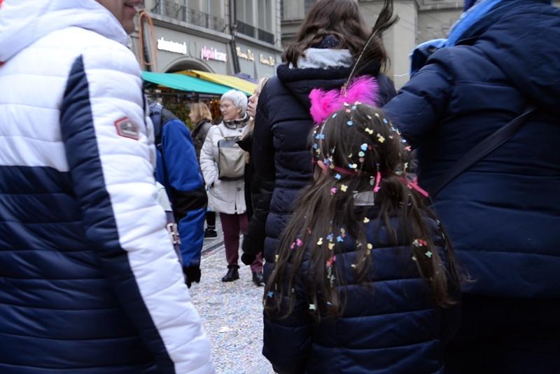 ベルンの一大イベント、「玉ねぎ市」 ( Zibelemärit, Bern ) 紙吹雪