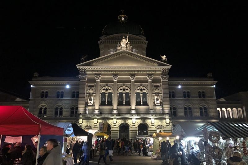 ベルンの一大イベント、「玉ねぎ市」 ( Zibelemärit, Bern ) 早朝の分です広場